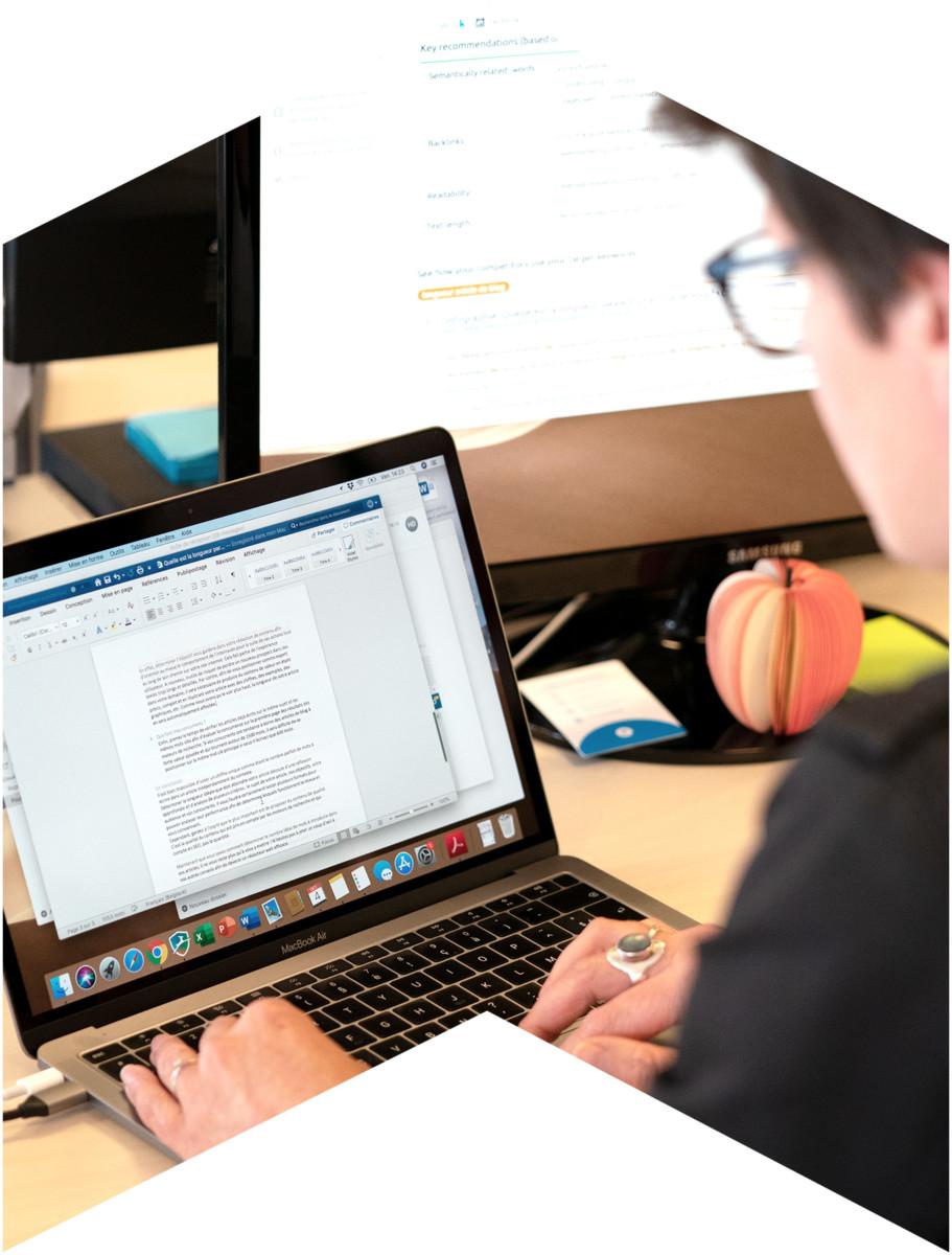 Membre de l'équipe de l'agence web Poush qui rédige un texte sur son ordinateur portable