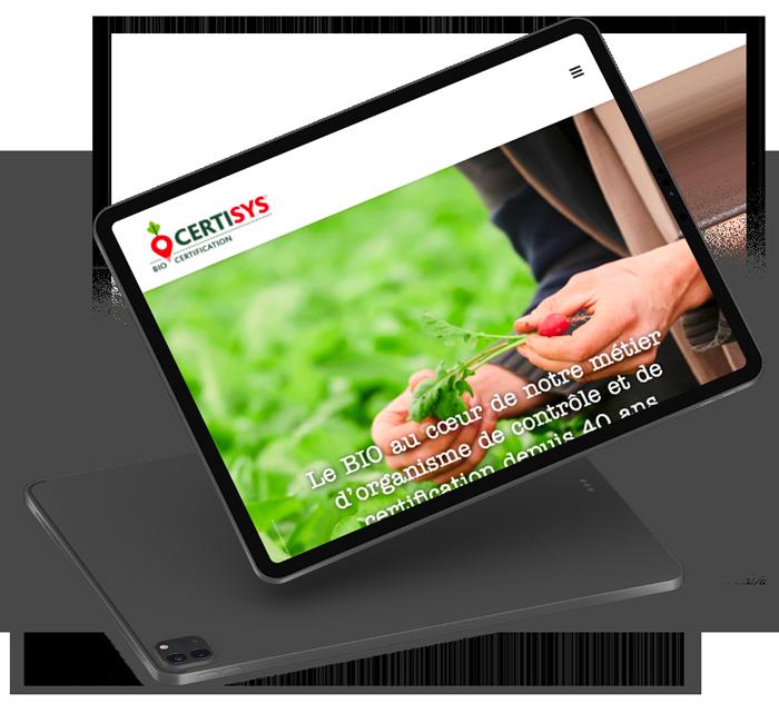 iPad noir qui montre la page d'accueil du site web de Certisys